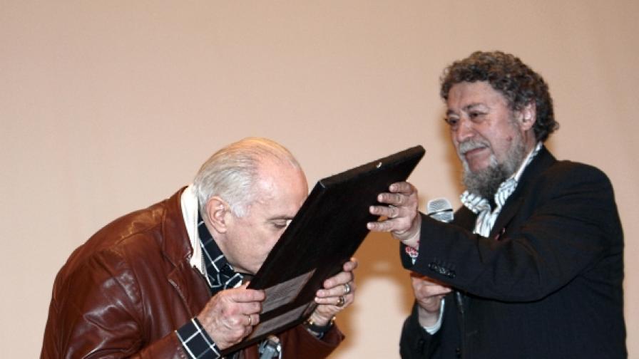 Георги Стоянов (д) връчва на руския режисьор Никита Михалков икона на Христос Пантократор по време на София Филм фест през 2008 г.