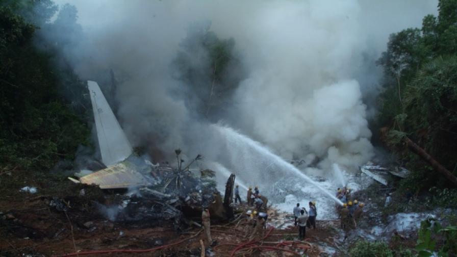 158 души загинаха при самолетна катастрофа в Индия