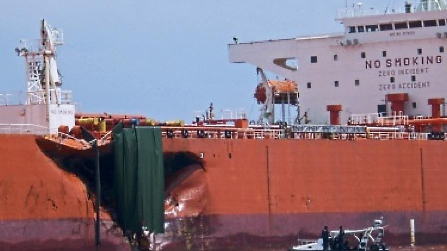 Петролен разлив и край Сингапур