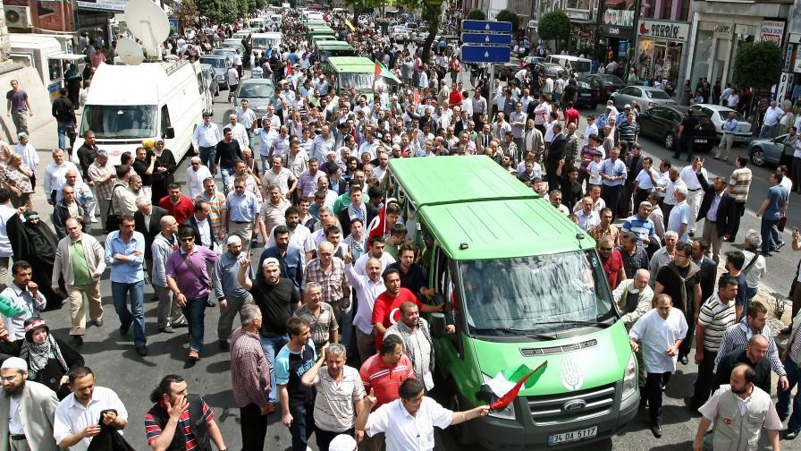 Катафалки пренасят загиналите турски активисти