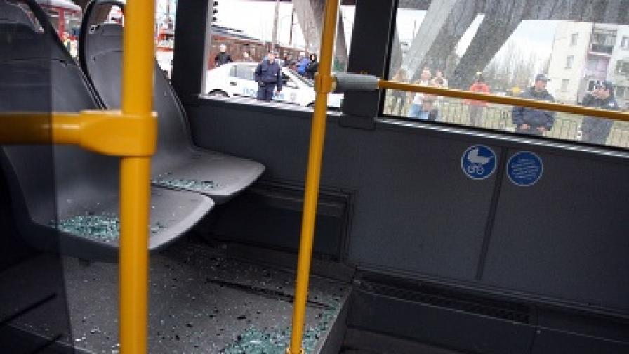 Младежи с качулки пребиха пътниците в трамвай №20
