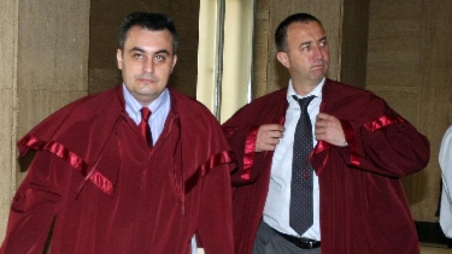 Прокурорите Николай Кокинов и Роман Василев преди заседание на съда