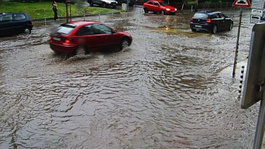 Проливният дъжд наводни улици в София
