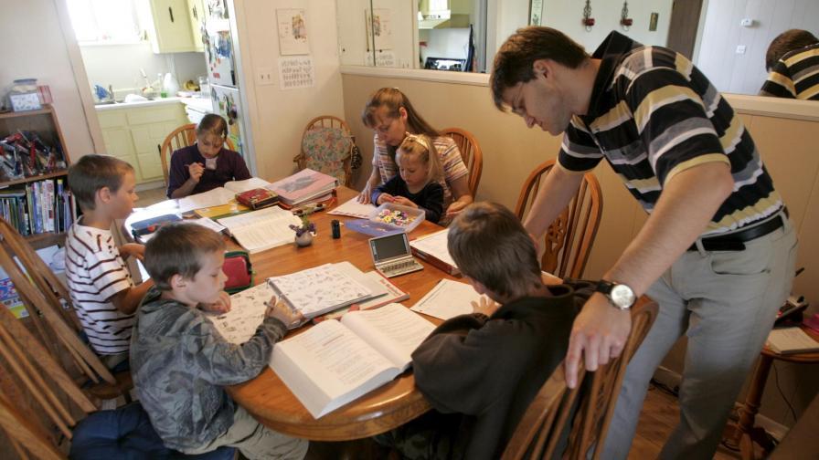 Родители отварят училища в домове и магазини