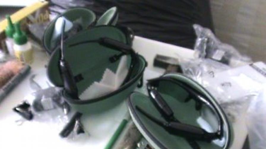 Иззети са приспособления за снемане на данни от банкови карти и камери, монтирани в химикалки и очила