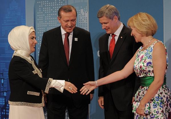 Турският премиер Реджеп Тайип Ердоган и съпрутгата му Емине със своите домакини на срещата на Г-20 в Торонто - канадският премиер Стивън Харпър и съпругата му Лорийн (снимка от 27 юни 2010)