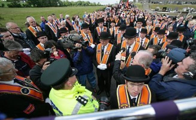 Десетки ранени полицаи при сблъсъци в Северна Ирландия