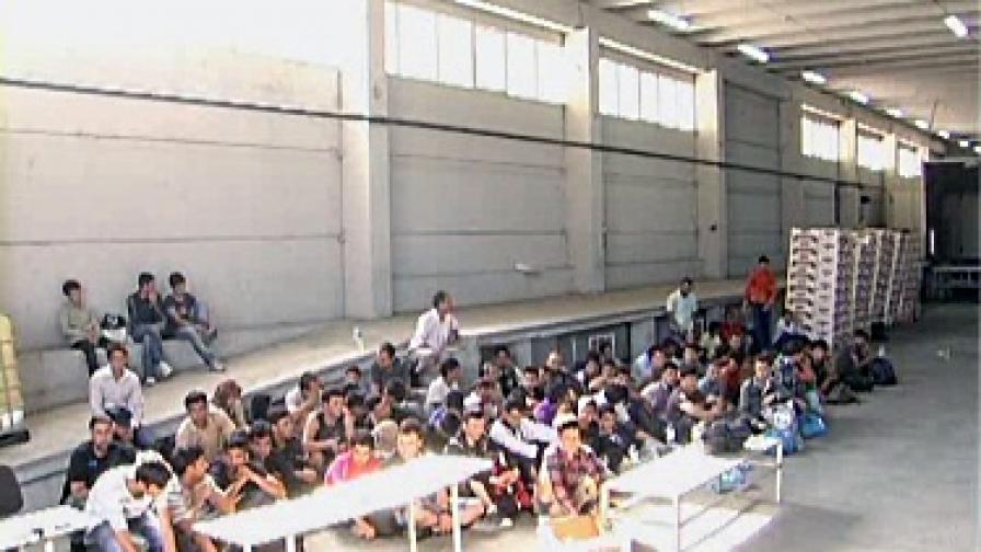 На границата: Задържаха 73-ма емигранти в хладилен камион