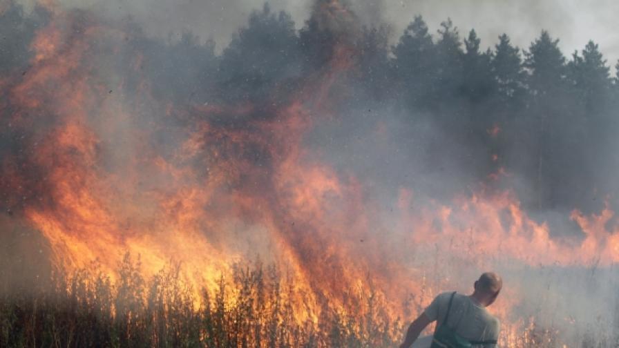 Работник в бензиностанция се отпитва да ограничи огъня около шосето за Нижни Новгород на 15 км. източно от Москва