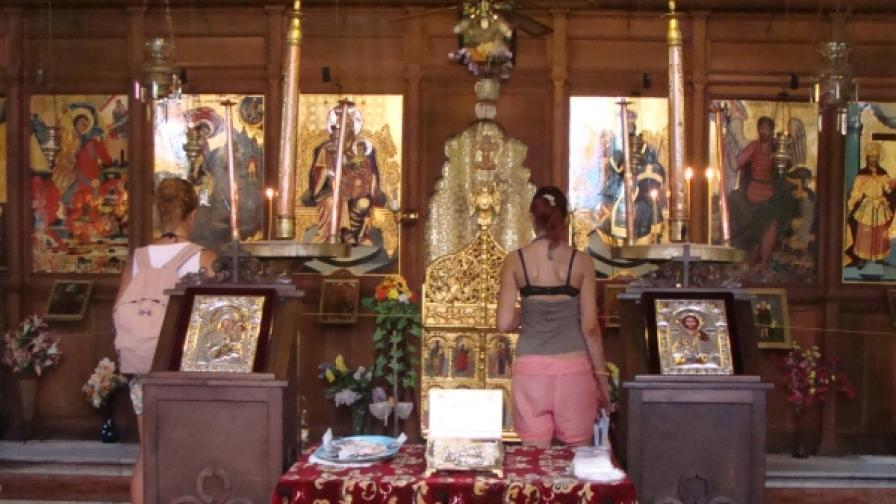 В храма Св. Георги в Созопол костите са положени в сребърно ковчеже на маса в центъра на църквата