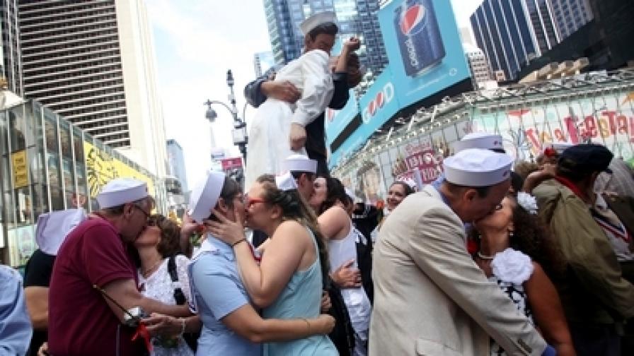 """Стотици се целуваха на """"Таймс скуеър"""" в Ню Йорк в Деня на победата над Япония"""