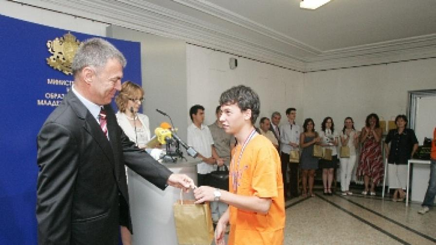 Сергей Игнатов награди днес българските медалисти от международни олимпиади по физика, химия, информатика и биология