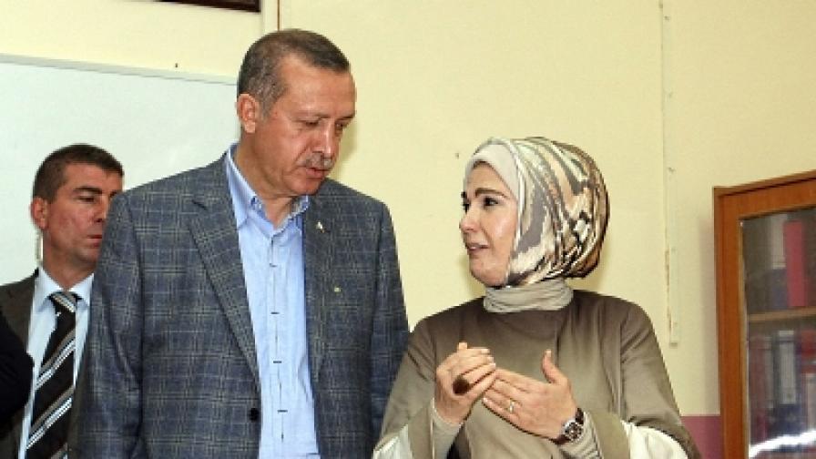 Министър-председателят на Турция Таийп Ердоган с жена си Емине