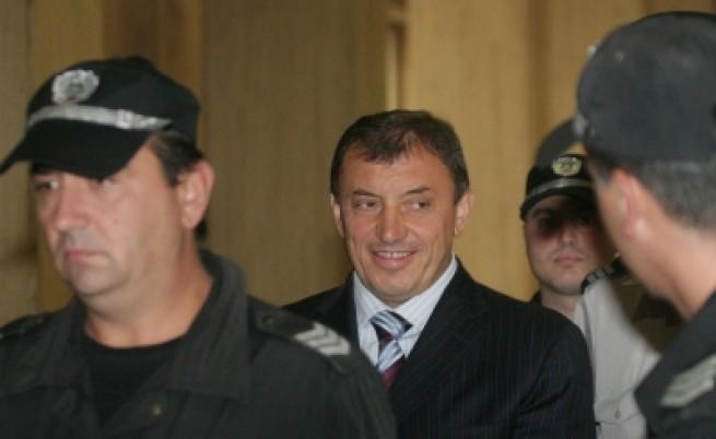 Алексей Петров в съда: Наранен и превързан