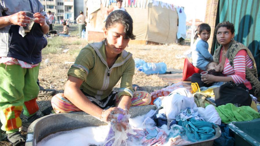 Семействата, които няма къде да отидат, са на палатков лагер около блока