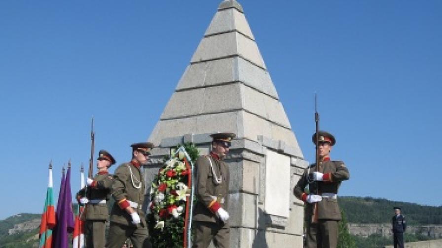 Военен ритуал по издигане на националното знаме на Република България на историческия хълм Царевец