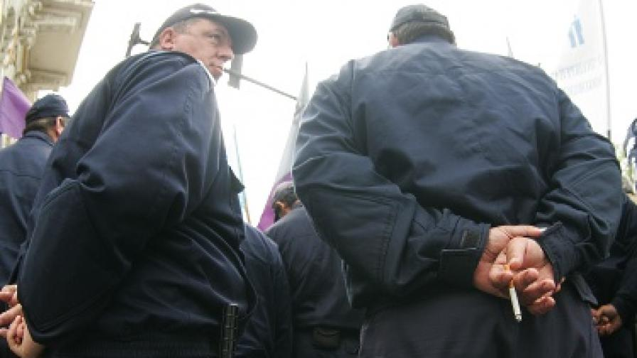 И полицаи заплашват с протест