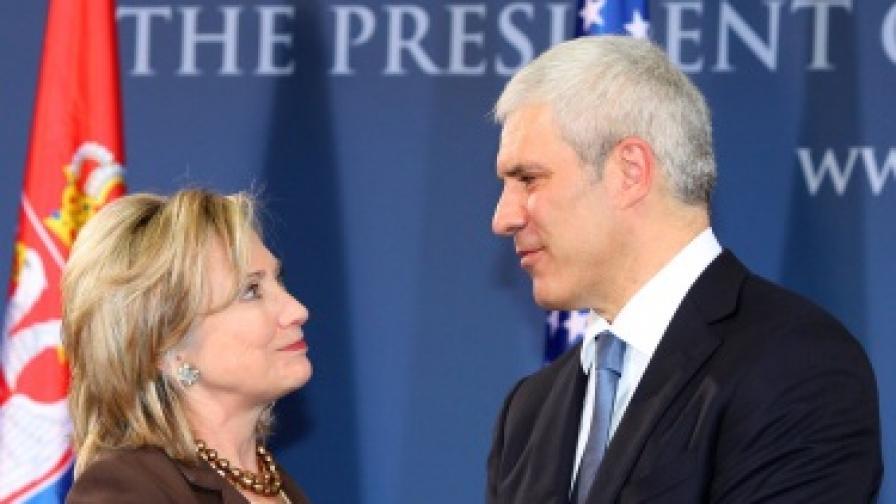 Клинтън увещава в Западните Балкани