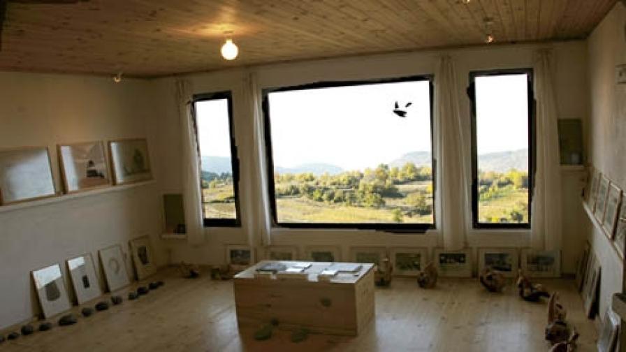 Галерията в Лещен с прозореца към Пирин