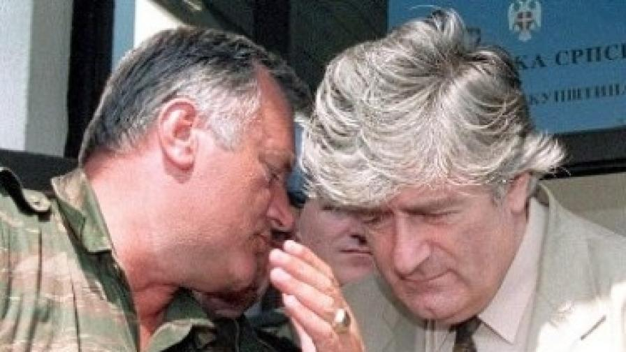 Ген. Ратко Младич (вляво) и Радован Караджич през 1993 г.