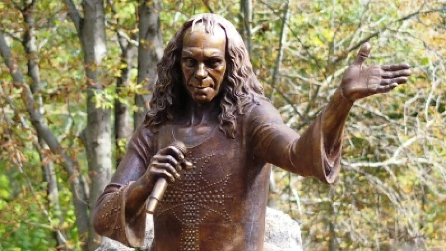 Паметник на Рони Джеймс Дио откриха в Каварна