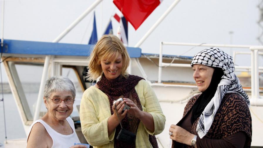 Лорън (в средата) до британската журналистка Ивон Ридли, също приела исляма след пленяването й от талибани