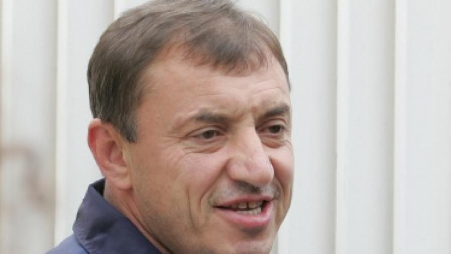 Алексей Петров пред дома си разговаря с представители на медиите