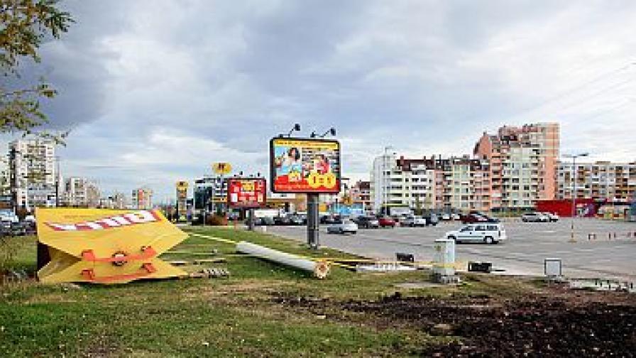 Силният вятър събори човек от балкон в София