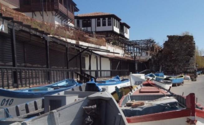 Жива верига пази незаконни къщи в Несебър
