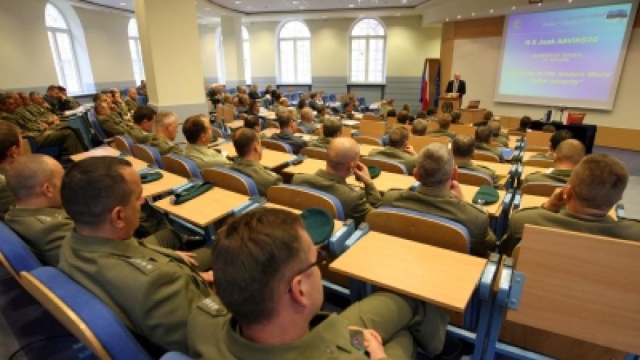 Естонският министър на отбраната Яак Аавиксо изнася лекция за кибер сигурността във Военния университет в полската столица Варшава