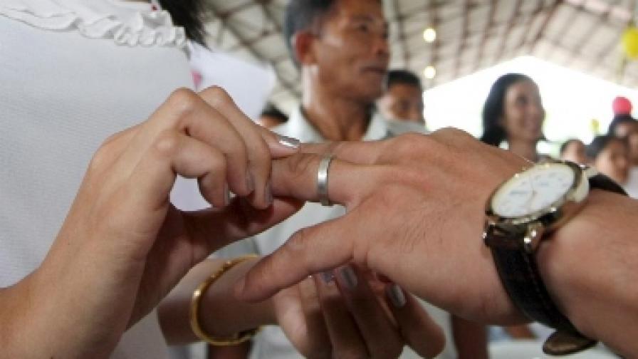 Четирима от 10 десет американци смятат брака за отживелица