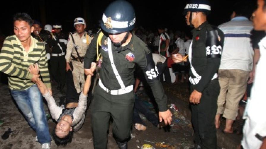 Стотици загинали при блъсканица в Камбоджа