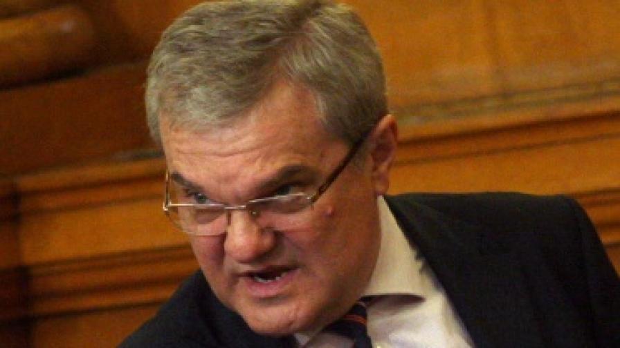 Р. Петков: Посланик Уорлик ползвал ли е наркотици?
