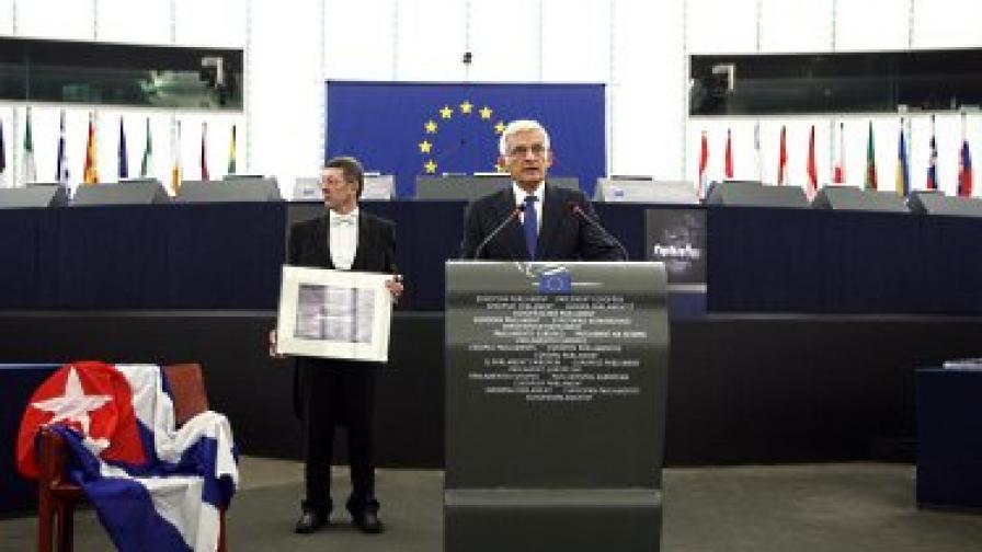 Наградата бе поставена на празен стол от председателя на ЕП Йежи Бузек