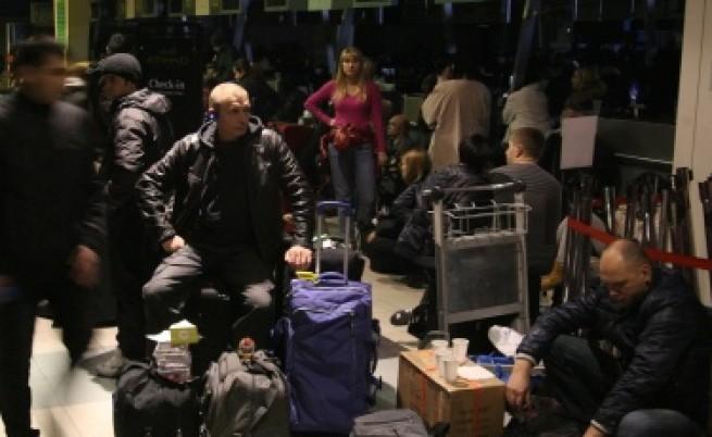 Студеното време парализира летища в САЩ и Русия