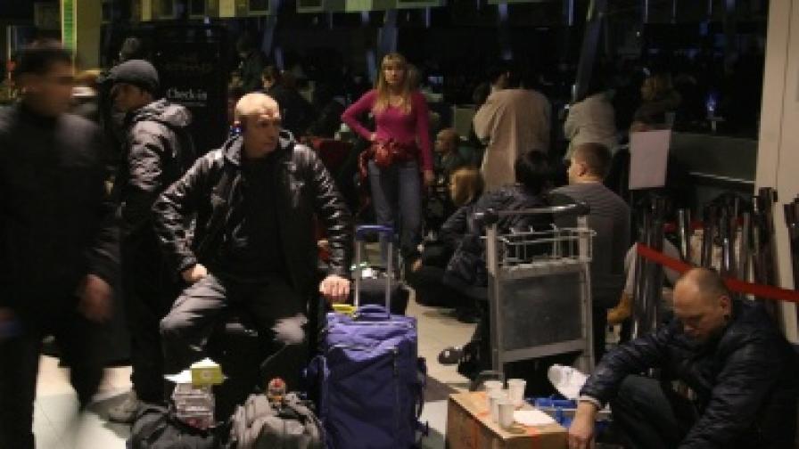 Блокирани на летище Домодедово пасажери