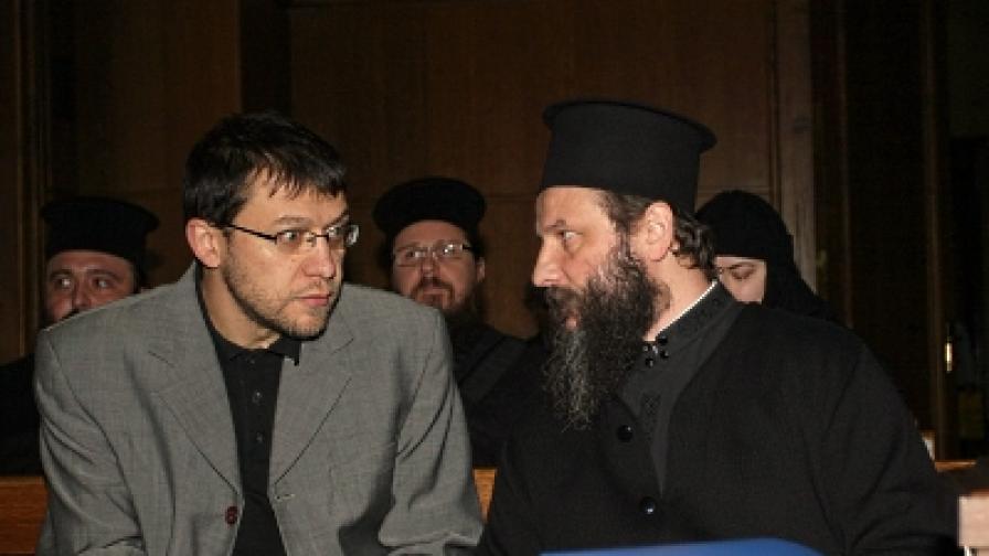 Отец Йован Вранишковски и адвокат Йонко Грозев в съдебната зала