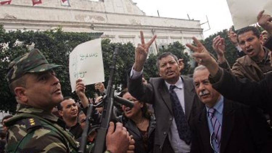 Всички министри напуснаха партията на Бен Али