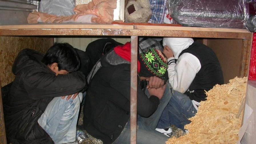 Нелегални имигранти заловени на българо-турската граница (снимка от 4 янвуари 2011)
