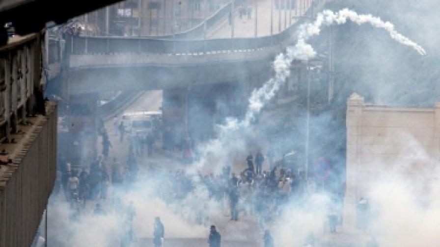 Силите за сигурност използваха сълзотворен газ и водни струи срещу демонстрантите в Кайро