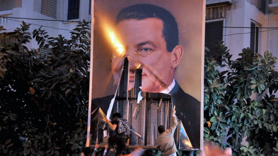 Демонстранти горят плакат на управляващия 30 години диктатор