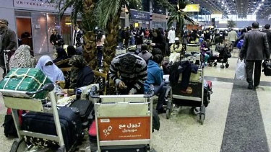 Терминалите на международното летище в Кайро са пълни с хиляди пътници, опитващи се да напуснат страната