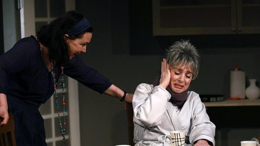 """Бойка Велкова (д) и Радена Вълканова в сцена от """"Август в Оклахома"""", реж. Ясен Пеянков"""