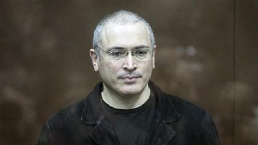 В съдебната зала Ходорковски беше държан в клетка от стъкло и стомана