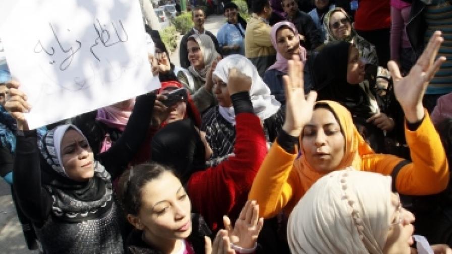 Демонстранти в Кайро настояват за по-справедливо заплащане и носят лозунг на арабски, който гласи: Несправедливостта има край...