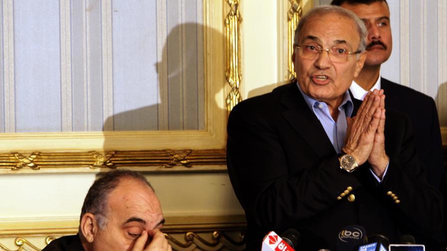 И.д. премиер Ахмед Шафик (д) и вътрешния министър махмуд Уагди (л)