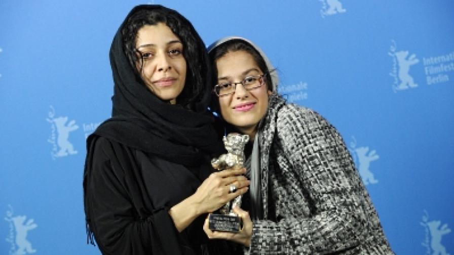 """Иранските актриси Сарина Фархади (д) и Сарех Баят с наградата от """"Берлинале"""""""