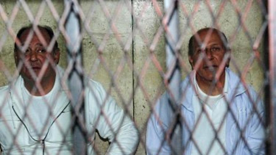 Бившите министри на туризма Зухейр Гарана (вляво) и на жилищното строителство Ахмед ел Маграби зад решетките