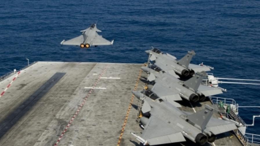 """Френски военни самолети излитат от самолетоносача """"Шарл дьо Гол"""", за да контролират забранената за полети зона над Либия"""