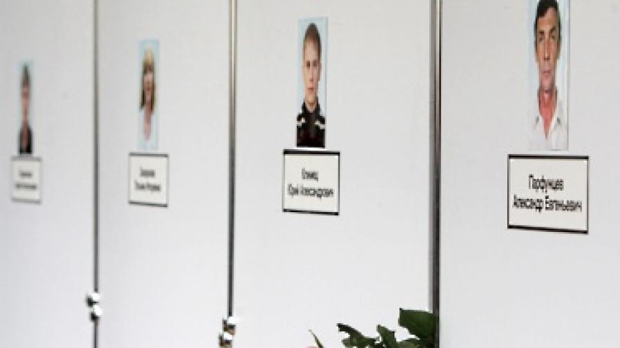 Възпоменателна стена със снимки на жертвите от атентата